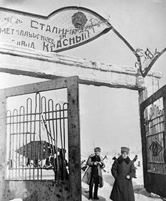 "STALINGRAD. Soviet soldiers at the gate of the steel plant ""Red October"". Foto, undat. akg-images"