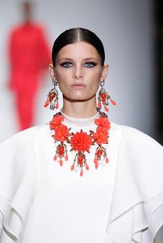 Gucci SS 2013 - Milan Fashion Week #Trends #Tendencias #Fashion #Moda #Collar #Necklace #Flores Diy Necklace, Necklaces, Collar Necklace, Gucci, Givenchy, Maxi Collar, Fashion Accessories, Fashion Jewelry, Coral Jewelry