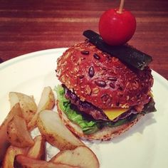 小さなハンバーガーは、おやつにも人気です。 こぶりなハンバーグの肉汁とカリッとしたバンズがよく合います。