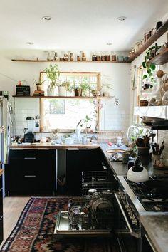 Natürliche Holzregale - La maison bohème hippie d'Emily Katz à Portland