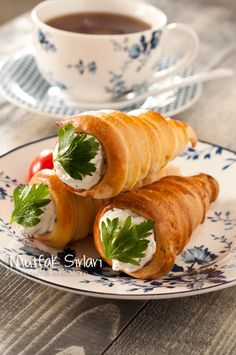 Külah Poğaça Tarifi--aka Pastry Cones: can be used to contain either sweet or savory fillings! Donut Recipes, Healthy Recipes, Turkish Recipes, Ethnic Recipes, Good Food, Yummy Food, Salty Foods, Wie Macht Man, Baked Donuts