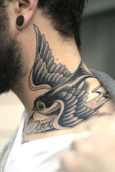 Tatuagem de pássaro no pescoço