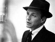 """""""'Sólo se vive una vez, y de la manera que vivo, con una basta.'"""" Frank Sinatra fotografiado por Herman Leonard"""
