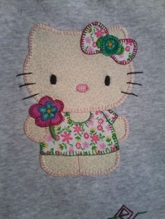 Camiseta decorada hello kitty Mais Sewing Appliques, Applique Patterns, Applique Designs, Quilting Designs, Quilt Patterns, Hello Kitty, Aplique Quilts, Embroidery Cards, Animal Quilts