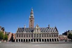 Leuven Belgie Universiteit vroeger was Leuven in bestuurlijk opzicht een zeer belangrijke stad van Belgie toen de residentie zich echter in 1267 verplaatste naar Brussel raakte Leuven deze vooraanstaande positie kwijt. Toen is men er toe over gegaan om een universiteit op te richten die de eerste universiteit van de Lage Landen zou worden.
