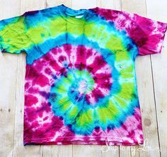 How to spiral tie dye a t-shirt plus a bonus tutorial on how to make a tote from the t-shirt. #tiedye #tote #tshirt Skiptomylou.org