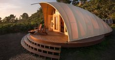Pictured here is the Autonomous Tent - designed by architect Harry Gesner. It's an off-grid glamping tent that can be set-up and taken down relatively quickly - although this example has been setup as Luxury Glamping, Luxury Tents, Camping Glamping, Camping Cabins, Camping Gear, Camping Glamour, Architecture Durable, Tent Design, California Camping