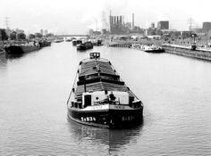 100 Jahre ist es her, dass die ersten Schiffe den Kanal befahren durften. Das Bild zeigt einen Frachter in Gelsenkirchen Horst in den 60er J...