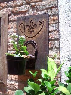 víciodeferro: Floreira de madeira de demolição entalhad, com suporte de ferradura.