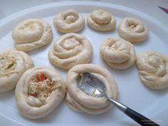 Σαλιγκαράκια ζύμης γεμιστά με ότι έχουμε η νοστιμιά είναι στη ζύμη σπάνε τα φύλλα στο στόμα από γεύση το αφήνω σε σας..... Greek Recipes, International Recipes, Finger Foods, Doughnut, Food And Drink, Pie, Snacks, Cookies, Dinner