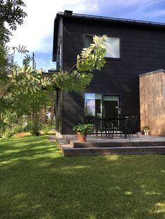 talo markki musta ulkoväri moderni hirsitalo anssi lassila OOPEAA Black Exterior, Interior And Exterior, Interior Design, Outdoor Spaces, Outdoor Decor, Backyard, Patio, House Landscape, Log Homes