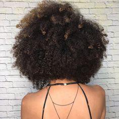 Grâce à quelques produits et soins naturels, vous allez pouvoir entretenir et renforcer vos cheveux crépus. Nous avons sélectionné pour vous les meilleurs. Afro Hairstyles, Hair Goals, Health Fitness, Black Style, Hair Styles, Curls, Hair, Curly Frizzy Hair, Hairstyles For Black Women