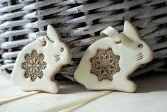 Ozdoby wielkanocne 2 króliki zawieszka / ceramika - 10fingersart - Dekoracje stołu