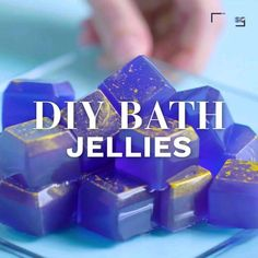 How to make homemade galaxy bath jellies How to ma - Home Made Soap Crafts To Sell, Fun Crafts, Diy And Crafts, Glow Crafts, Bath Jellies, Shower Jellies Diy, Diy Savon, Diy Spa, Home Made Soap