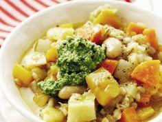 Gerstensuppe mit Wintergemüse ist ein Rezept mit frischen Zutaten aus der Kategorie Eintöpfe. Probieren Sie dieses und weitere Rezepte von EAT SMARTER!
