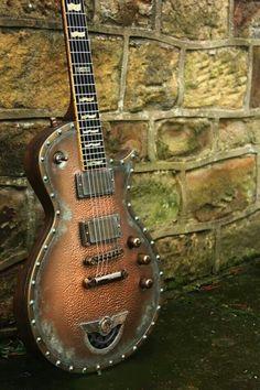 Un mélange western et steam punk pour une guitare à l'esprit Cowboy neo-futuriste. Retrouvez des cours de guitare d'un nouveau genre sur MyMusicTeacher.fr