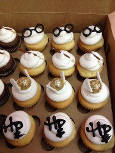 Cupcakes in Fondant mit Harry-Potter-Motiven verziert Source by Harry Potter Cupcakes, Baby Harry Potter, Harry Potter Baby Shower, Harry Potter Torte, Harry Potter Motto Party, Harry Potter Cupcake Toppers, Harry Potter Fiesta, Harry Potter Thema, Harry Potter Food