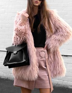 Stylish and warm, the faux fur shaggy coat is definitely having a moment this season. A statement furry jacket is an instant fix to elevate your winter or fall style, and I'm obsessed! While temperatures… View Post Day Date Outfits, Outfits Otoño, Fall Outfits, Casual Outfits, Pink Faux Fur Coat, Faux Fur Jacket, Look 2018, Street Style, Casual Chic Style