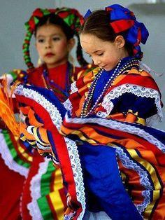 Bailando jarabe tapatío desde niñas. Baile tradicional mexicano.