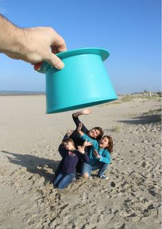 Trompe l'oeuil beach picture with Quut Alto. #forcedperspective #beach #photography #fun www.quutbeachtoys.com