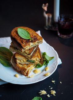 Kiireettömän hifistelijän grilled cheese sisältää vintage cheddaria, vaahterasiirapilla makeutettua misovoita, pinjansiemeniä, pinaattia ja tuhat kaloria!