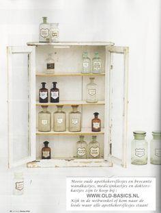 Gezien in Ariadne : Oud brocante wandkastje met prachtige oude apothekerspotten. Te koop bij www.old-basics.nl