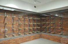 Szklone boksy arsenału, ściany i podest wyłożone cegłą, w środku stelaże na broń białą. Stelaże stalowe z regulowanymi podpórkami, wyposażonymi w drewniane nakładki o zróżnicowanych zagłębieniach.