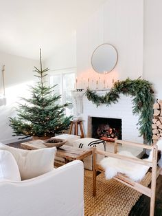Holiday Home Tour: This Dreamy Space Proves That White Is Ac.-Holiday Home Tour: This Dreamy Space Proves That White Is Actually the Most Festive Color Holiday Home Tour: Step Inside Michelle Harriss' Dreamy and Inviting Space - Decoration Christmas, Farmhouse Christmas Decor, Christmas Tree Themes, Noel Christmas, Rustic Christmas, Christmas Crunch, Holiday Decorating, Decorating Ideas, Modern Christmas Decor