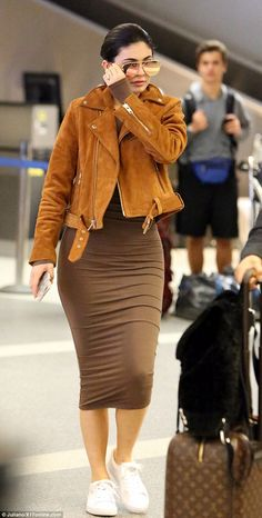 Kylie Jenner flashes diamond sparkler as touches down in LA So chic: Kylie wore a skintight brown dress and suede leather jacket as she covered her face with a pair of dark sunglasses Kylie Jenner Flash, Mode Kylie Jenner, Trajes Kylie Jenner, Kylie Jenner Outfits, Kylie Jenner Daily Mail, Kylie Jenner Rings, Kylie Jenner Sunglasses, Khloe Kardashian, Kardashian Kollection