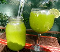 Smoothie Verde de aguacate, pepino, lechuga y piña