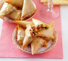 Filo pastry bite with goatcheese Tapas Recipes, Appetizer Recipes, Snack Recipes, Appetizers, I Love Food, Good Food, Yummy Food, Deli Food, Snacks Für Party