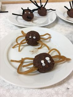 """Hemkunskapsuppgift vid halloween.  Göra chokladbollar utan kokos/pärlsocker. Använd kolaband att göra """"spindelben"""" av och strössel till ögon."""