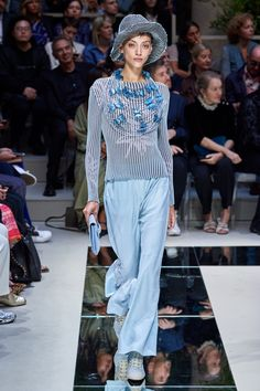 Giorgio Armani Spring 2020 Ready-to-Wear Fashion Show - Vogue Haute Couture Style, Couture Mode, Couture Fashion, 2020 Fashion Trends, Fashion 2020, Runway Fashion, Fashion Brands, High Fashion, Moda Fashion
