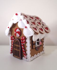 great idea to replace sugary gingerbread house! Could even make a large wall version with various flat felt pieces to decorate with. Gingerbread Crafts, Christmas Gingerbread House, Felt Christmas Ornaments, Christmas Houses, Gingerbread Houses, Christmas Lights, Christmas Sewing, Christmas Projects, Holiday Crafts
