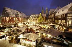 Deze prachtige authentieke kerstmarkten zijn beslist een uitstapje waard. De sfeervol verlichte straten in middeleeuwse sferen en de idyllische vakwerkhuizen maken het kerstshoppen in Nedersaksen een unieke ervaring. 1. Braunschweig De kerstmarkt is hier in de omgeving van de Dom te vinden. Op de historische Burgplatz met de verlichte slotgracht drijven verankerde vlotten, die voor…