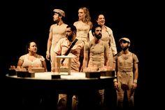 """O grupo Teatro do Osso, formado por ex-alunos da Escola de Arte Dramática (EAD-USP), estreia o musical """"Canto Para Rinocerontes e Homens"""", livremente inspirado na peça """"O Rinoceronte"""", do autor romeno Eugène Ionesco (1909-1994)."""