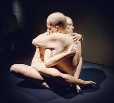 #Latergram / La passion amoureuse résumée en une étreinte avec l'oeuvre touchante de #MarcSijan #expo #sculpture #hyperréalisme #museobilbao #Bilbao #artcontemporain #BilbaoMuseum #museobellasartesbilbao