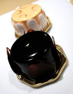Ambroisie: chocolate and pistachio mousse with raspberry jam, covered with a layer of chocolate glaze. This is Hidemi Sugino's signature cake, his trademark which won him the Coupe du Monde.       /      Hidemi Sugino イデミ・スギノ      /      中央区京橋3丁目6-17      /      Kyobashi