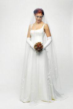 Abito da sposa firmato con guanti lunghi e delicati ricami sul velo. www.cinziaferri.com