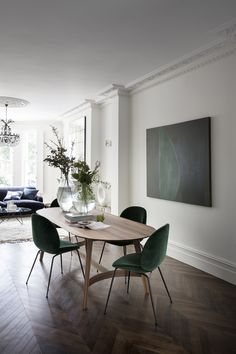 This Victorian west London property radiates liveable and relaxed grandeur, thanks to a well-judged balance of old and new designs. Family Dining Rooms, Living Room Decor, Family Room, Living Rooms, Elegant Dining Room, Dining Room Design, Beetle Chair, Storage Bench Seating, Victorian Homes