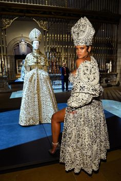 """Rihanna at the Met Gala 2018 """"Heavenly Bodies: Fashion and the Catholic Imagination,"""" wearing John Galliano for Maison Margiela. Inspired by the John Galliano for Dior pictured behind Rihanna. Rihanna Outfits, Style Rihanna, Met Gala Outfits, Moda Rihanna, Rihanna Mode, Rihanna Fenty, Vogue, Elsa Peretti, Amal Clooney"""