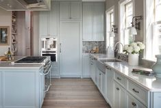 20+ Navy Blue Kitchen Cabinets - Kitchen Shelf Display Ideas Check more at http://www.planetgreenspot.com/2018-navy-blue-kitchen-cabinets-kitchen-decor-theme-ideas/