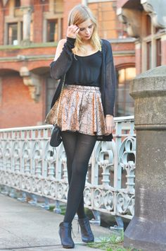 Festive Oufit: Black Cardigan, Golden Skirt, Pistol Boots and black Mini Mac Rebecca Minkoff, christmas style, advent - Hamburg, Streetstyle, Outfit, Blogger