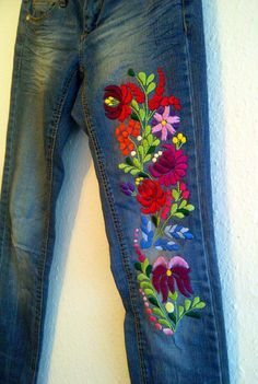 folk embroidery patterns Skinny jeans with authentic hungarian kalocsai motif - Mexican Embroidery, Hungarian Embroidery, Vintage Embroidery, Embroidery Applique, Beaded Embroidery, Chain Stitch Embroidery, Embroidery Stitches, Embroidery Patterns, Stitch Head