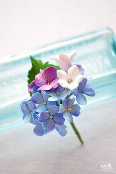 粘土を使って、お花のパーツを作ってみませんか?ひとまとめにして花束にしたり、チェーンと繋いでアクセサリーにしたりと、クオリティの高いアレンジを楽しむことができるんです。ギフトにもぴったりですよ♡ Polymer Clay Flowers, Ceramic Flowers, Polymer Clay Crafts, Polymer Clay Jewelry, Tiny Flowers, Felt Flowers, Fondant Flower Tutorial, Sugar Paste Flowers, Acrylic Flowers