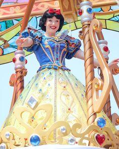 First Disney Princess, Disney Princess Snow White, Snow White Disney, Disney Parks, Walt Disney, Snow White Cosplay, Disney Characters Costumes, Disney Princesses And Princes, Disney Live