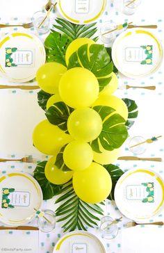Centro de mesa tropical con globos