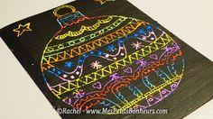 graphisme boule de noel sur carte a gratter Avant de passer à la peinture, balayez doucement les petits morceaux de craie grasse qui se seront émiettés sur la feuille, puis passez une couche épaisse de peinture acrylique noire.