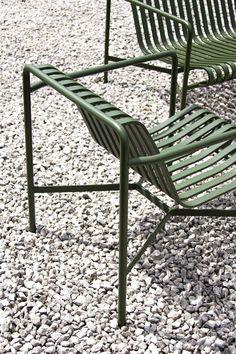 Palissade to kolekcja mebli ogrodowych zaprojektowanych przez Ronana i Erwana Bouroullec dla HAY. Stworzona z myślą o różnorodnych przestrzeniach: kawiarniach, restauracjach, pubach, tarasach czy ogrodach. Fotel ogrodowy niski Palissade został wykonany ze stali malowanej proszkowo. Jest solidny, mocny, odporny na działanie czynników zewnętrznych w szczególności, promieni słonecznych czy deszczu. Chair, Furniture, Design, Home Decor, Close Board Fencing, Decoration Home, Room Decor, Home Furnishings