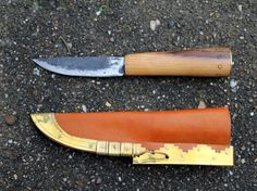 Gotland / Birka Viking knife This knife is a replica of an original that was found in a man's grave in Gotland. The knife has a length of 20 cm with a blade of 9 cm and a blade width of 2,2 mm. It is delivered including a leather scabbard with brass beating. http://www.celticwebmerchant.eu/a-28428362/knives/gotland-birka-viking-knife/
